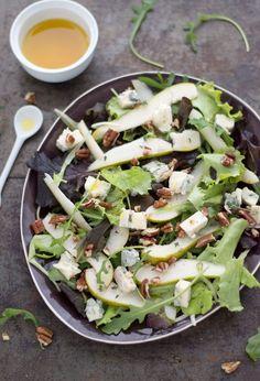 Salade met peer, blauwe kaas en pecannoten. Een klassieke, heerlijke combinatie, welke ook nog eens echt een feestje voor het oog is.