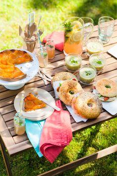 La tarte aux abricots Picard : Voila une délicieuse tarte à partager composée d'oreillons d'abricots au parfum intense délicatement déposés sur une fine compotée d'abricots. Le tout sur une pâte sablée pur beurre savoureuse et croustillante. Une idée gourmande à déposer sur une table de pique-nique ou d'une garden party !