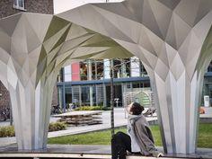 - בית ונוי Temporary Architecture, Origami Architecture, Parametric Architecture, Pavilion Architecture, Metal Facade, Metal Panels, Origami Easy, Types Of Art, Building Materials