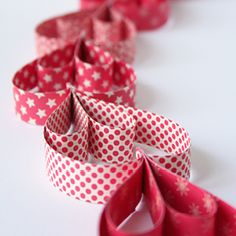 Make an easy and pretty paper garland. Step by step tutorial in English and Swedish.