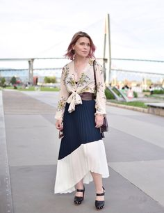 2d120123c4421 Monika Faulkner outfit inspiration - styling a pleated maxi skirt with a  floral blouse