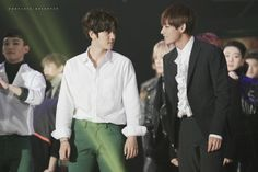 Baekhyun & V (Taehyung) Interaction 2015 - 2016 - They are my mother and son OTP . Eomma Jin has some competition , better step the game up Taehyung And Baekhyun, V Taehyung, Chanyeol, Seoul Music Awards, Kpop Exo, Bts And Exo, Chanbaek, Bts Bangtan Boy, Bambam