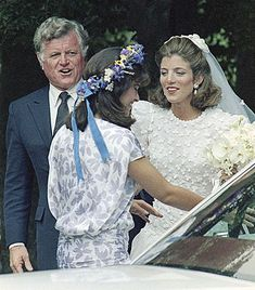 Caroline Kennedy with her uncle Ted Kennedy and her maid of honor, cousin Maria Shriver. Jacqueline Kennedy Onassis, Caroline Kennedy Wedding, Les Kennedy, Jackie Kennedy, Matron Of Honour, Maid Of Honor, Eunice Kennedy Shriver, Familia Kennedy, Celebrity Weddings