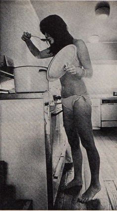 Linda Ronstadt by Annie Leibovitz. (This is how I look when I'm cooking too.)