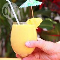 Een romige, verfrissende smoothie met mango, ananas, banaan, kokosmelk en sinaasappelsap. Een echte tropische traktatie! Je kunt verse ananas en mango gebruiken, maar ook uit blik of uit de diepvries.