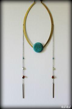 Collier confectionné à partir de pierres d'howlite, de corail végétal, de pièces de métal émaillé et de pièces de laiton.Tour de cou: 50cm env.Les couleurs, aspérités et veinages des pierres naturelles utilisées peuvent varier d'un exemplaire à l'autre.
