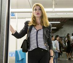 Em 'Além do Tempo', personagem de Alinne Moraes apostava em blusas de listras para quebrar o look preto (Foto: Felipe Monteiro / Gshow)