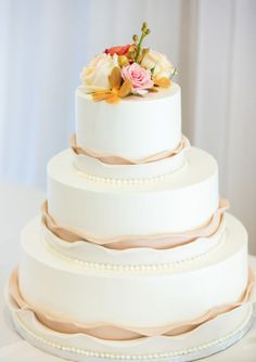 Wedding cake idea; Featured Photographer: Koman Photography