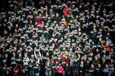 Le public et les joueurs du du match de rugby opposant Toulouse à La Rochelle ont observé une minute de silence au stadeErnest Wallon. #JeSuisCharlie