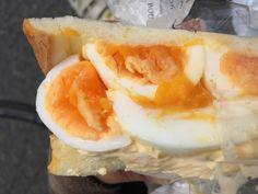 デビルサンドって知っていますか?ぎゅうぎゅうに卵を挟んだボリューム満点のサンドイッチです。3206 (サンニイゼロロク)という神谷町にあるパン屋さんで販売されている人気商品。柔らかい卵とたるたるソースの相性ばっちりの贅沢サンドイッチ。お家で駅る再現レシピもご紹介。今年は幸せ感じるボリューム満点デビルサンドが流行の予感♡