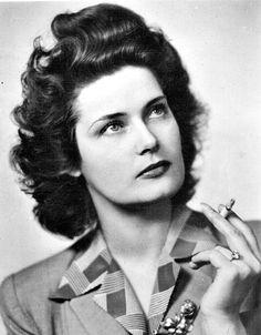 KARÁDY KATALIN  1951. február 20-án hagyta el az országot, itthon ezután a neve sem hangozhatott el. Brazíliában, majd New Yorkban telepedett le. Filmjei: - 1939 Halálos tavasz; 1940 Erzsébet királyné; 1940 Hazajáró lélek; 1941 Egy tál lencse; 1941 Ne kérdezd, ki voltam; 1941 Kísértés; 1941 A szűz és a gödölye; 1942 Szíriusz; 1942 Tábori levelezőlap; 1942 Halálos csók; 1942 Csalódás; 1942 Alkalom; 1942 Valahol Oroszországban; 1942 Külvárosi őrszoba; 1942 Egy szív megáll; 1942 Ópiumkeringő… 2017 Inspiration, 1940s Hairstyles, Marlon Brando, Other Woman, Hungary, Vintage Photos, Movie Stars, Famous People, Che Guevara