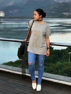 Choker preta, blusa cinza, calça jeans rasgada no joelho, tênis branco