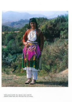 https://flic.kr/p/PvYNJ5   Veshje Popullore Shqiptare - Albanian Folk Costumes. Photo.N.B - 107   Costumi tradizionali in Albania  Come in molti paesi europei, i costumi tradizionali sono scomparse quasi del tutto dalla vita quotidiana. Tuttavia, se si è fortunati si possono trovare alcune persone in alta uniforme, il più delle volte le donne anziane dei villaggi, quando sono in corso di mercato o per un'occasione speciale.  I costumi popolari albanesi mostrano una grande diversità di stili…