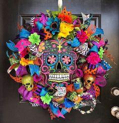 Mexican Halloween, Casa Halloween, Holidays Halloween, Diy Day Of The Dead, Day Of The Dead Party, Diy Halloween Decorations, Halloween Crafts, Halloween Wreaths, Disney Wreath