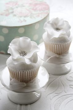 white floral cupcakes