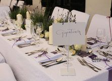 feste feiern Tegernsee, Hochzeit, Freihaus Brenner, Bad Wiessee, Tischdekoration lavendel, lange Tafeln, lila-weiß