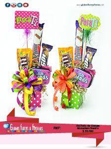 Globos, Flores y Fiestas Gift Wraping, Birthday Candy, Candy Crafts, Chocolate Bouquet, Candy Bouquet, Friend Birthday Gifts, Simple Gifts, Pink Candy, Creative Gifts
