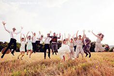 Photo de groupe mariage www.florianecaux.com  http://florianecaux-mariages.blogspot.com    #wedding #group #groupe #mariage #groom #bride #jump