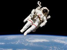 """ASTRONAUTA """"SOLTO"""" NO ESPAÇO - O astronauta Bruce McCandless II faz caminhada histórica durante a missão STS 41-B. Esta caminhada foi a primeira com equipamento sem estar ligado à nave-mãe, em fevereiro de 1984. O astronauta foi fotografado a poucos metros de distância da cabine do ônibus espacial Challenger"""