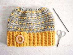 Ravelry: Retro Messy Bun Hat pattern by Corina Gray Crochet Beanie Pattern, Crochet Patterns, Crochet Hats, Hat Patterns, Crochet Ideas, Crochet Stitches, Stitch Patterns, Messy Bun, Messy Hair