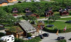 PlusCamp Sandvik is een mooie familiecamping aan het Sognefjord. De camping beschikt over prima sanitaire voorzieningen en er zijn mooie kampeerplaatsen (veldjes) voor ca. 60 tenten, caravans en campers. Sandvik Camping is het gehele jaar open, dus ook voor de wintersport kunt u hier terecht. Naast een speeltuin op de camping is er in de naaste omgeving voldoende te doen of te bezichtigen. In de rivier of in het fjord kunt u prima vissen, u kunt de staafkerk in Urnes bezoeken, een…
