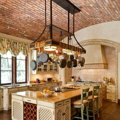 Cocina rústica perfectamente organizada #orden #paellas #isla