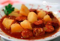 No se habéis probado este famoso plato de patatas donde el chorizo eleva este guiso al cielo. Un plato de gente del campo, de los vendimiadores de la Rioja, un plato de toda la vida y de origen muy humilde.