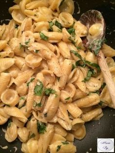 Garlic and Parmesan Pasta - the recipe by clicking on the photo - Cuisine - Vegetarian Recipes Veggie Recipes, Pasta Recipes, Vegetarian Recipes, Cooking Recipes, Healthy Recipes, Pasta Thermomix, Vegetarian Italian, One Pot Pasta, One Pot Meals
