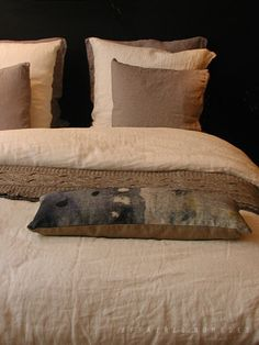 Exemple natural linen bedware white and beige with affaires nomades night rain cushion