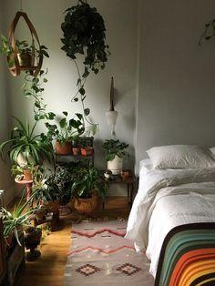 Não há espaço no chão de casa ou um cantinho para colocar uma luz extra? Pendurar vasos é uma boa alternativa para investir no verde dentro casa quando os ambientes são pequenos. Por estarem suspensas no ar, as plantas recebem mais luz do que se estivessem em outras áreas.