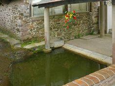 Un vieux lavoir , village de la Manche , France