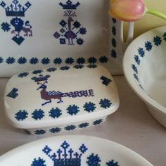 Great nostalgic butter dish by Figgjo Flint menu! Love the embroidery details! North Europe, Danish Design, Butter Dish, Objects, Menu, Plates, Ceramics, Embroidery, Retro
