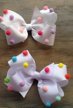 Boutique bows with pompoms on top. Making Hair Bows, Diy Hair Bows, Diy Bow, Diy Ribbon, Ribbon Crafts, Ribbon Bows, Baby Bows, Baby Headbands, Anniversaire Candy Land