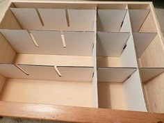 A Cigarra e a Dona de Casa: Divisória para Gavetas Sem Gastar Dinheiro Closet Organizer With Drawers, Diy Drawer Organizer, Closet Drawers, Diy Drawers, Drawer Organisers, Diy Drawer Dividers, Organizing Dresser Drawers, Cardboard Drawers, Cardboard Crafts