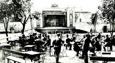 Oslo Friluftsscenen i Tivoli i 1878 med linedanser og publikum. I bakgrunnen skimtes Tivoli Theater.