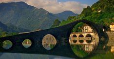 Si chiama Ponte della Maddalena, ma tutti lo conoscono come Ponte del Diavolo. Secondo la leggenda, fu costruito dal Diavolo in persona in una sola notte.
