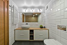 mobilier scandinave salle de bain en bois massif et carrelage blanc original