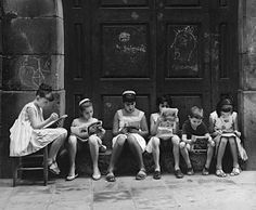 group of readers Barcelona 1962 Photo: Eugeni Forcano People Reading, Woman Reading, Kids Reading, Reading Time, Reading Books, Old Pictures, Old Photos, Vintage Photos, World Of Books