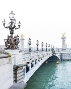 Paris Fine Art photographie « Matin brumeux, Pont Alexandre III » Tôt le matin le long de la Seine à mon pont préféré à Paris – le magnifique Pont Alexandre III. Imprimé sur beau, papier photographique darchives premium qualité avec des encres de longue durée. Dimensions 11 x 14 et
