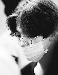 These glasses exo baekhyun Baekhyun, Park Chanyeol, Exo Ot12, Chanbaek, Kris Wu, 2ne1, K Pop, Got7, Culture Pop