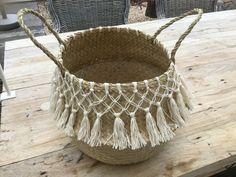 Macrame trim on diy beach bag Macrame Plant Hangers, Macrame Bag, Macrame Knots, Weaving Projects, Macrame Projects, Jute Crafts, Diy And Crafts, Boho Diy, Boho Decor