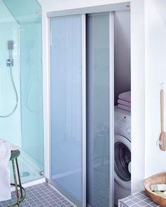 in stile di Elfa Deutschland GmbH Stacked Washer Dryer, Washer And Dryer, Walk In Closet, Washing Machine, Home Appliances, Cabinet, Storage, Design, House