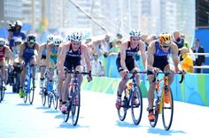 Great Britain's Alistair Brownlee has become first triathlete to successfully defend his Olympic title.