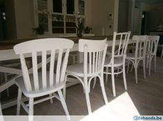 Verschillende witte stoelen