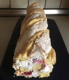 Für die Kardinalroulade 5 Eiklar und 250g Zucker zu steifem Schnee schlagen. Für die zweite Masse 5 Dotter, 2 Eier, 50g Staubzucker, 1 Pkg. Vanillezucker Sweet Recipes, Cake Recipes, Good Food, Yummy Food, Cake & Co, Fabulous Foods, No Bake Desserts, Yummy Cakes, Baked Goods