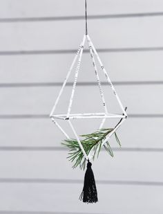 Tee moderni himmeli vanhoista virsikirjansivuista. Plant Hanger, Christmas Crafts, Paper Crafts, Tees, Plants, Home Decor, T Shirts, Decoration Home, Tissue Paper Crafts