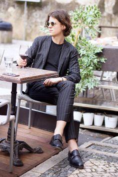 黒コーデ ストライプスーツ×Tシャツ×モンクストラップ   メンズファッションスナップ フリーク   着こなしNo:80521