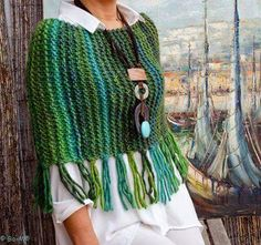 Boho Chic Caplet with Fringe Poncho Crochet, Knitted Shawls, Crochet Scarves, Crochet Clothes, Knit Crochet, Loom Knitting, Hand Knitting, Knitting Patterns, Crochet Patterns