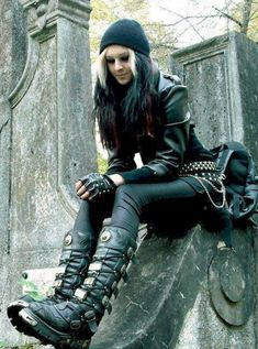 New Rock Boots lovers will find expensive deals at a moderate cost. Know further about this boot which is best for super hard surface. Heavy Metal Mode, Heavy Metal Fashion, Dark Fashion, Gothic Fashion, Heavy Metal Girl, Estilo Rock, Looks Dark, Looks Cool, Dark Beauty