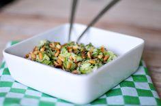 Voor deze courgette salade gebruiken we voor het eerst rauwe courgette in een recept! En dat gezond en lekker goed samen kunnen gaan, bewijst deze rauwe courgette salade.